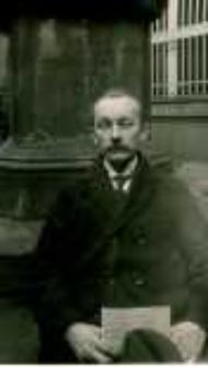 Józef Kostrzewski pod pomnikiem Adama Mickiewicza na dziedzińcu siedziby Poznańskiego Towarzystwa Przyjaciół Nauk